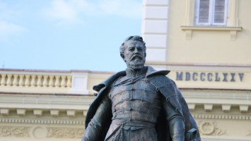Statue of György Klapka and the Town Hall
